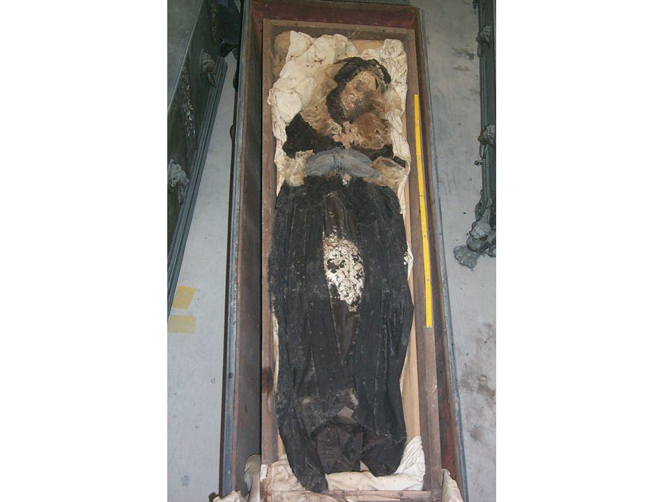 Sekundární pohřby Kosti se nenacházejí v anatomické poloze, často se jedná o manipulaci s tělem zemřelého (např.