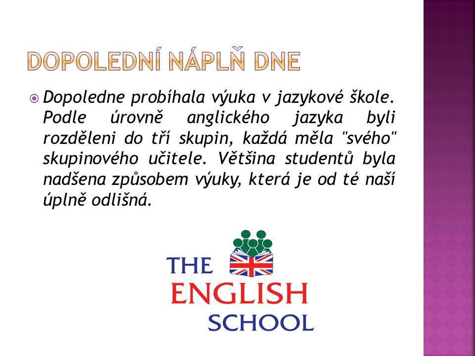  Dopoledne probíhala výuka v jazykové škole.