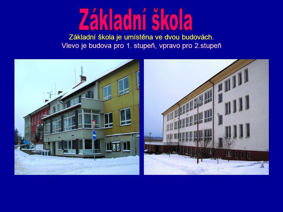 Základní škola je umístěna ve dvou budovách. Vlevo je budova pro 1. stupeň, vpravo pro 2.stupeň