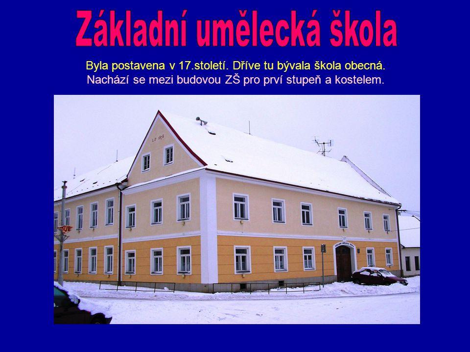 Byla postavena v 17.století. Dříve tu bývala škola obecná. Nachází se mezi budovou ZŠ pro prví stupeň a kostelem.