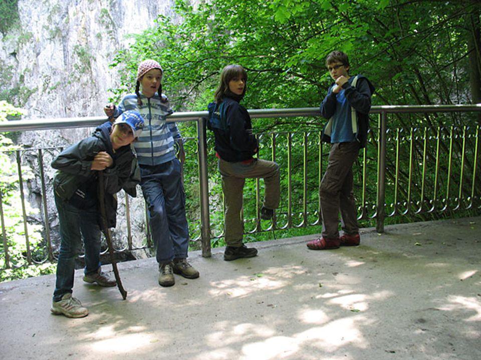  Tvoří je rozsáhlý jeskynní systém při jihu obce Sloup.