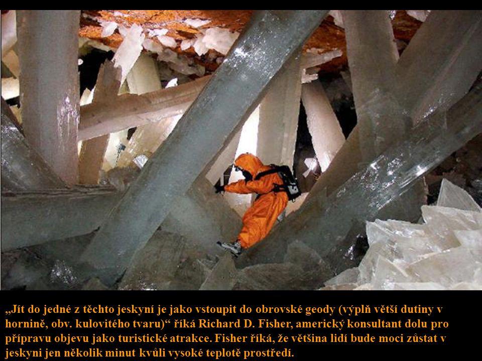 """""""Jít do jedné z těchto jeskyní je jako vstoupit do obrovské geody (výplň větší dutiny v hornině, obv."""