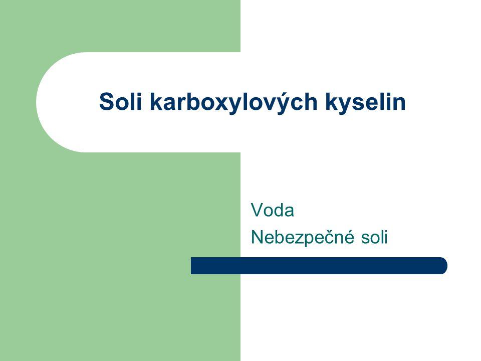 Není voda jako voda Voda s velkým množstvím rozpuštěných solí hořčíku a vápníku = tvrdá voda Soli karboxylových kyselin (stearan sodný) obsažené v mýdle reagují s rozpuštěnými solemi hořčíku a vápníku – vznik solí zvyšuje spotřebu mycích a pracích prostředků