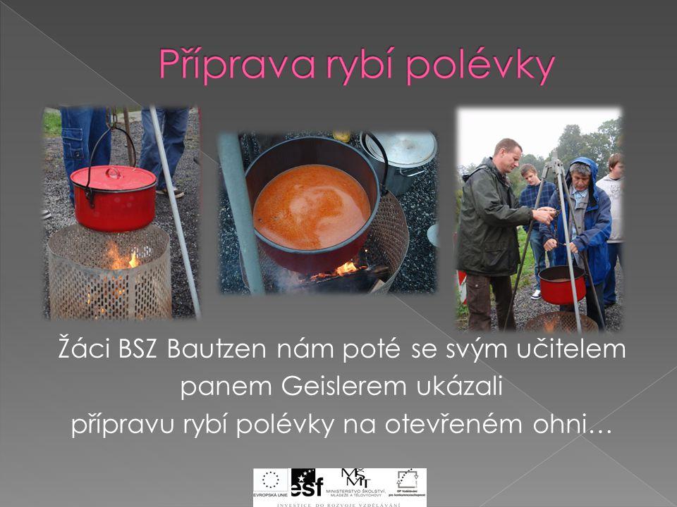 Žáci BSZ Bautzen nám poté se svým učitelem panem Geislerem ukázali přípravu rybí polévky na otevřeném ohni…
