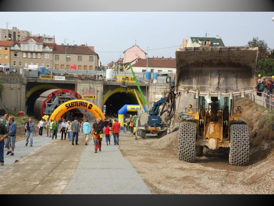 Den otevřených dveří na stavbě Královopolského tunelu sobota 12.9.2009 Stavbu tvoří dva paralelní dvoupruhové tunely dlouhé cca 1,25 km, v projektu jsou označeny jako tunely Dobrovského I a II, ale v médiích se často používá i označení Královopolské tunely.