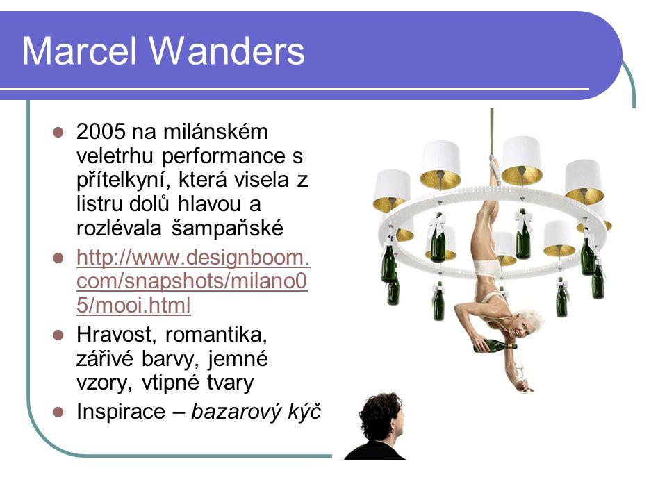 Marcel Wanders 2005 na milánském veletrhu performance s přítelkyní, která visela z listru dolů hlavou a rozlévala šampaňské http://www.designboom.