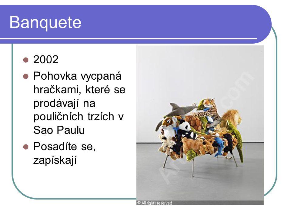 Banquete 2002 Pohovka vycpaná hračkami, které se prodávají na pouličních trzích v Sao Paulu Posadíte se, zapískají