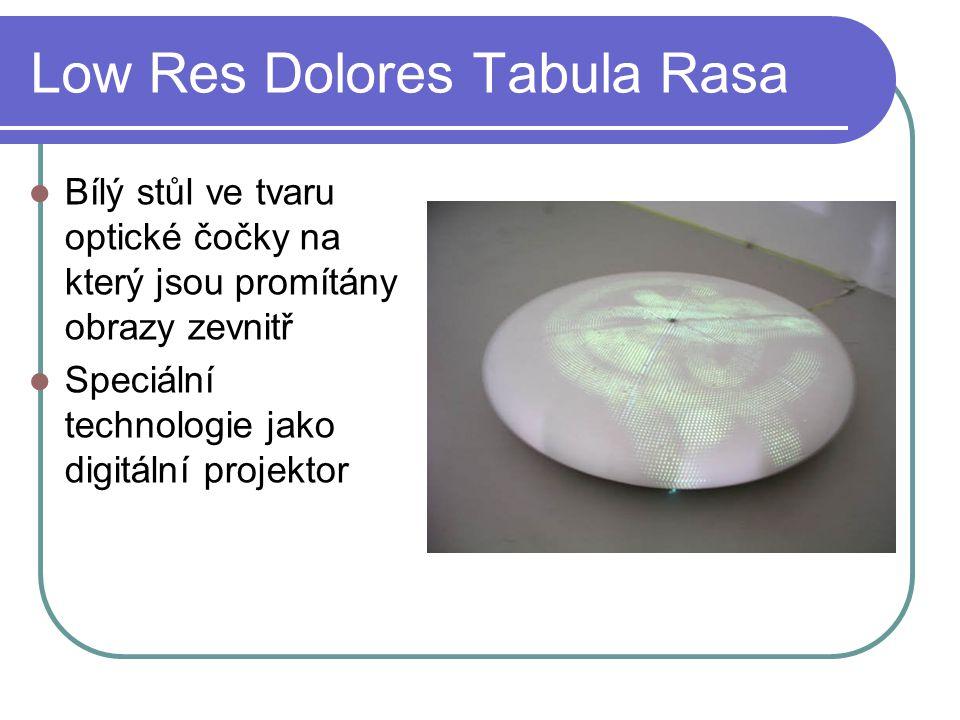 Low Res Dolores Tabula Rasa Bílý stůl ve tvaru optické čočky na který jsou promítány obrazy zevnitř Speciální technologie jako digitální projektor