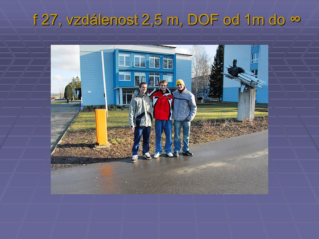 f 27, vzdálenost 2,5 m, DOF od 1m do ∞