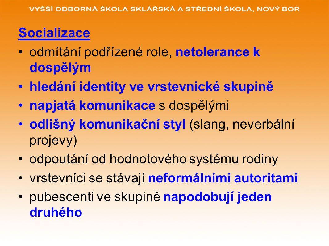 Socializace odmítání podřízené role, netolerance k dospělým hledání identity ve vrstevnické skupině napjatá komunikace s dospělými odlišný komunikační styl (slang, neverbální projevy) odpoutání od hodnotového systému rodiny vrstevníci se stávají neformálními autoritami pubescenti ve skupině napodobují jeden druhého