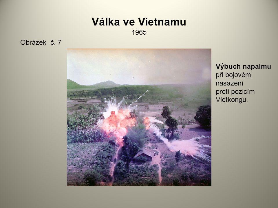Válka ve Vietnamu 1965 Obrázek č. 7 Výbuch napalmu při bojovém nasazení proti pozicím Vietkongu.