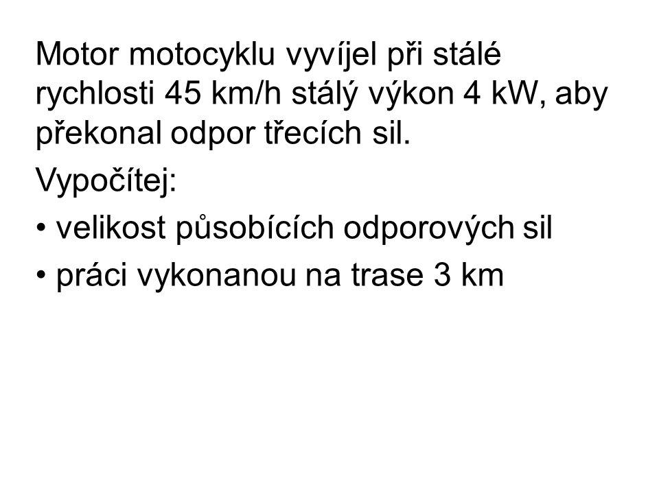 Motor motocyklu vyvíjel při stálé rychlosti 45 km/h stálý výkon 4 kW, aby překonal odpor třecích sil.