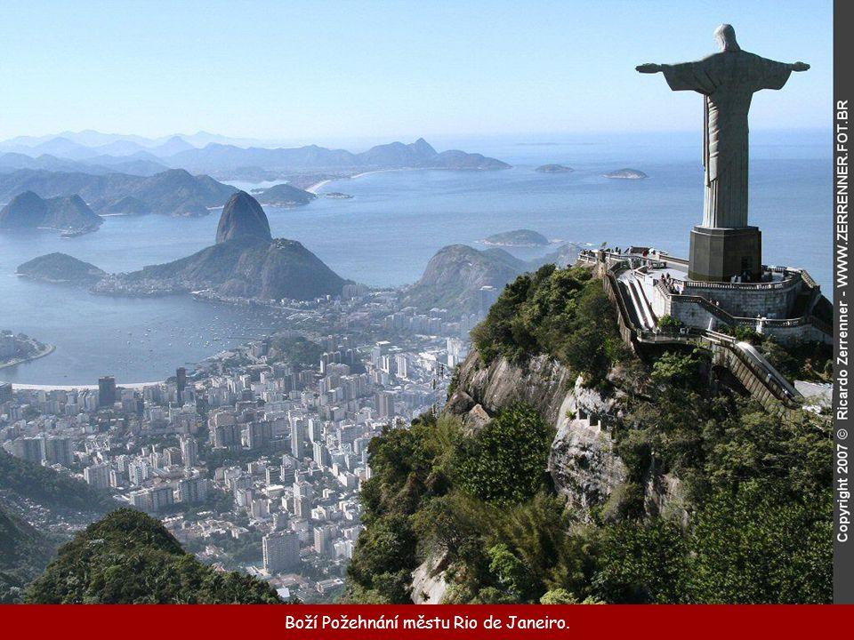 Socha Krista Spasitele stojí na vrcholu hory Corcovado...
