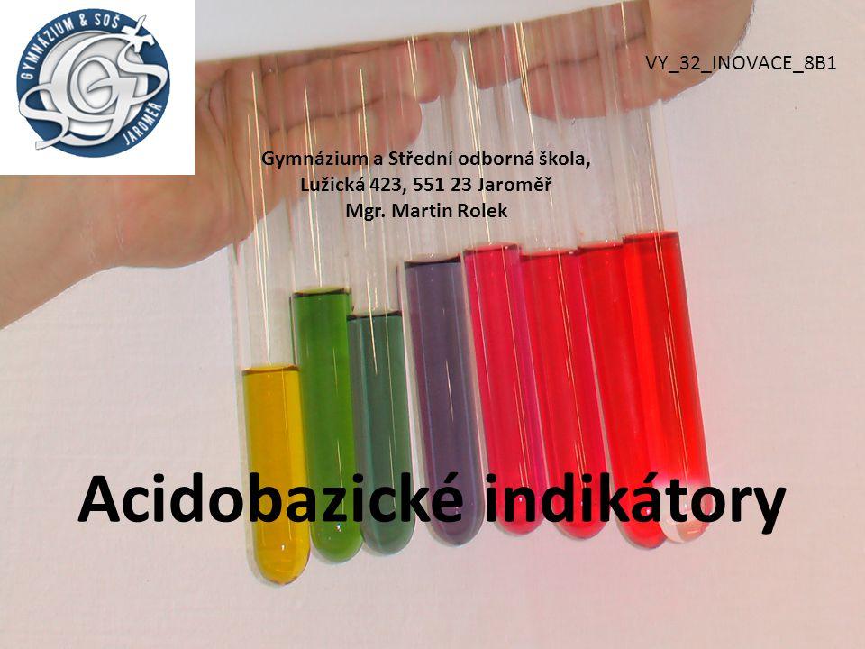 acidobazické indikátory jsou látky, které mění svou barvu v závislosti na pH roztoku k orientačnímu určení pH se v laboratoři běžně užívají univerzální indikátorové papírky lakmus – v kyselém prostředí červený, v neutrálním fialový, v zásaditém modrý fenolftalein – v kyselém a neutrálním prostředí bezbarvý, v zásaditém červenofialový