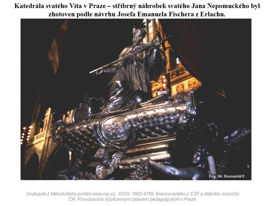 Katedrála svatého Víta v Praze – stříbrný náhrobek svatého Jana Nepomuckého byl zhotoven podle návrhu Josefa Emanuela Fischera z Erlachu. Dostupné z M