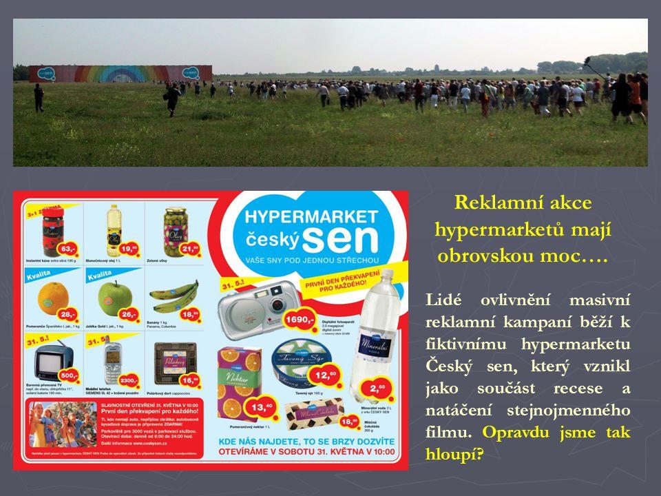 Lidé ovlivnění masivní reklamní kampaní běží k fiktivnímu hypermarketu Český sen, který vznikl jako součást recese a natáčení stejnojmenného filmu. Op