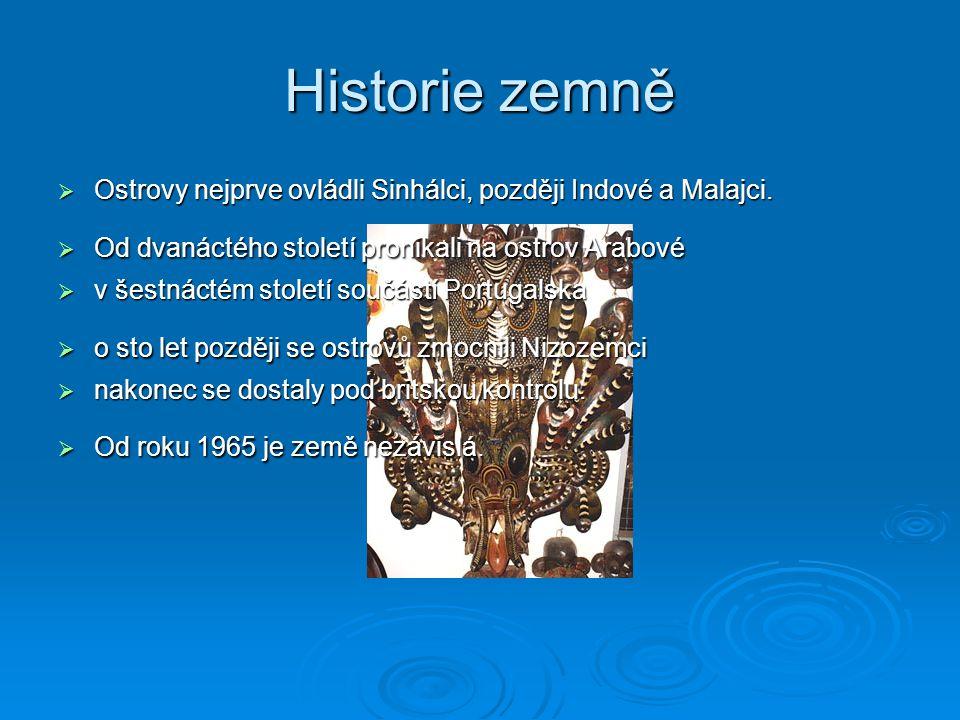 Historie zemně  Ostrovy nejprve ovládli Sinhálci, později Indové a Malajci.  Od dvanáctého století pronikali na ostrov Arabové  v šestnáctém stolet