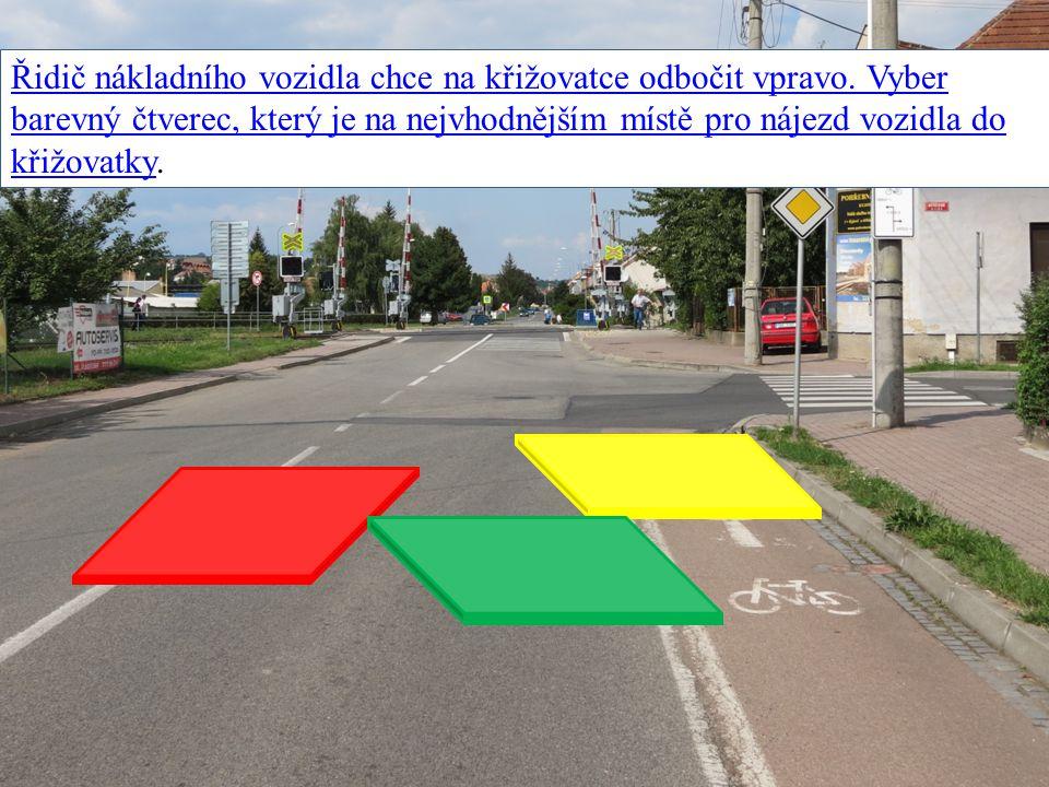 Řidič nákladního vozidla chce na křižovatce odbočit vpravo.