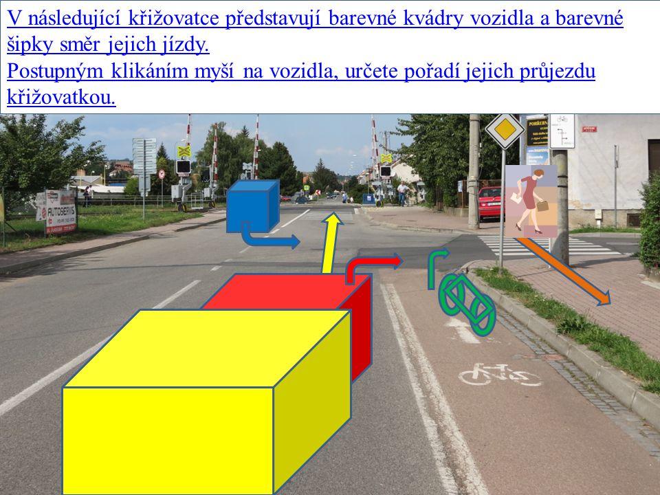 V následující křižovatce představují barevné kvádry vozidla a barevné šipky směr jejich jízdy.