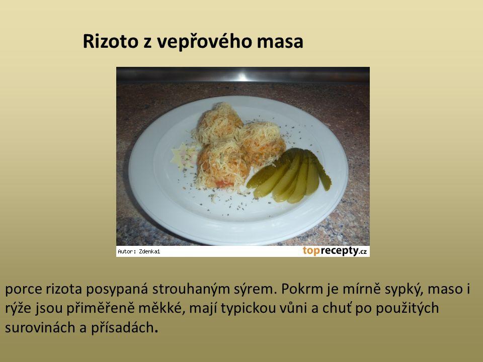 Rizoto z vepřového masa porce rizota posypaná strouhaným sýrem. Pokrm je mírně sypký, maso i rýže jsou přiměřeně měkké, mají typickou vůni a chuť po p