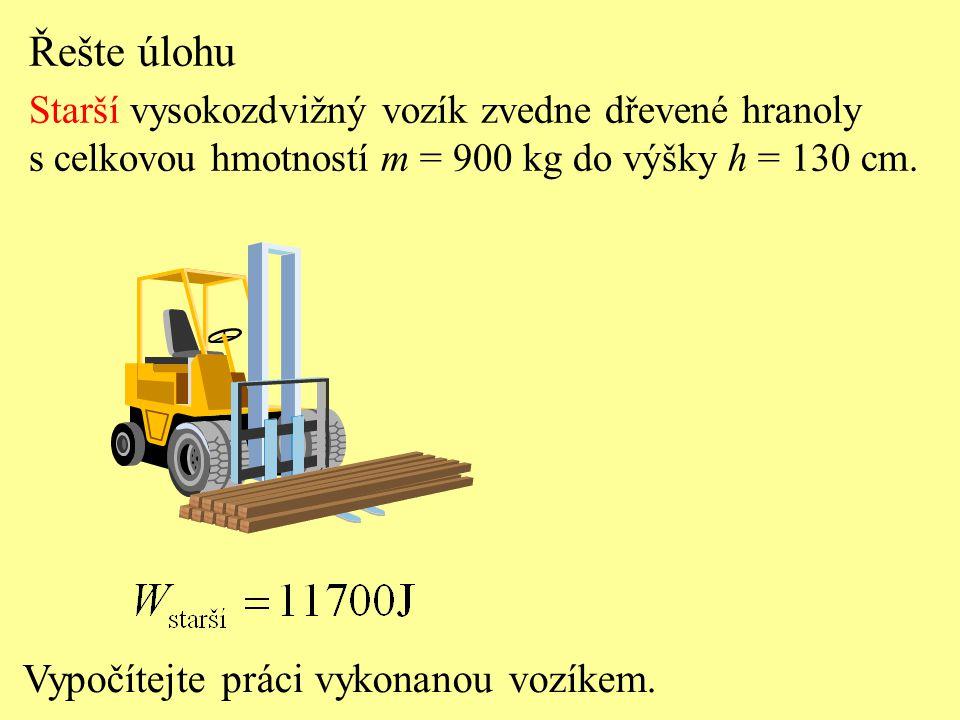 Řešte úlohu Novější vysokozdvižný vozík zvedne dřevené hranoly s celkovou hmotností m = 900 kg do výšky h = 130 cm.