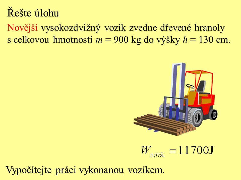 Vozíky vykonají stejnou práci, ale za různý čas. Porovnejte práci vozíků při zvedání hranolů.