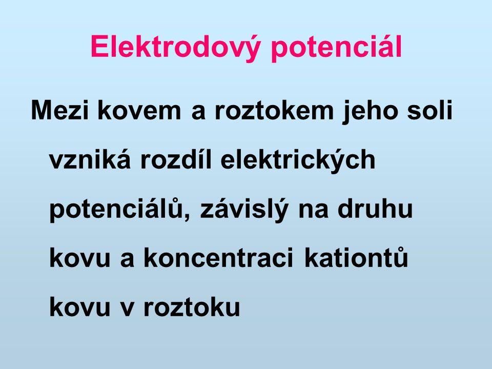 Zinková elektroda Zn (s)  Zn 2+ (aq) + 2 e - Měděná elektroda Cu 2+ (aq) + 2 e -  Cu (s) Výsledný chemický děj lze zapsat rovnicí: Zn (s) + Cu 2+ (aq)  Zn 2+ (aq) + Cu (s) Výsledný elektrochemický potenciál článku je dán rozdílem potenciálu obou poločlánků, tedy: E(Cu 2+ /Cu) - E(Zn 2+ /Zn) +0,344 - (-0,763) = 1,107 V