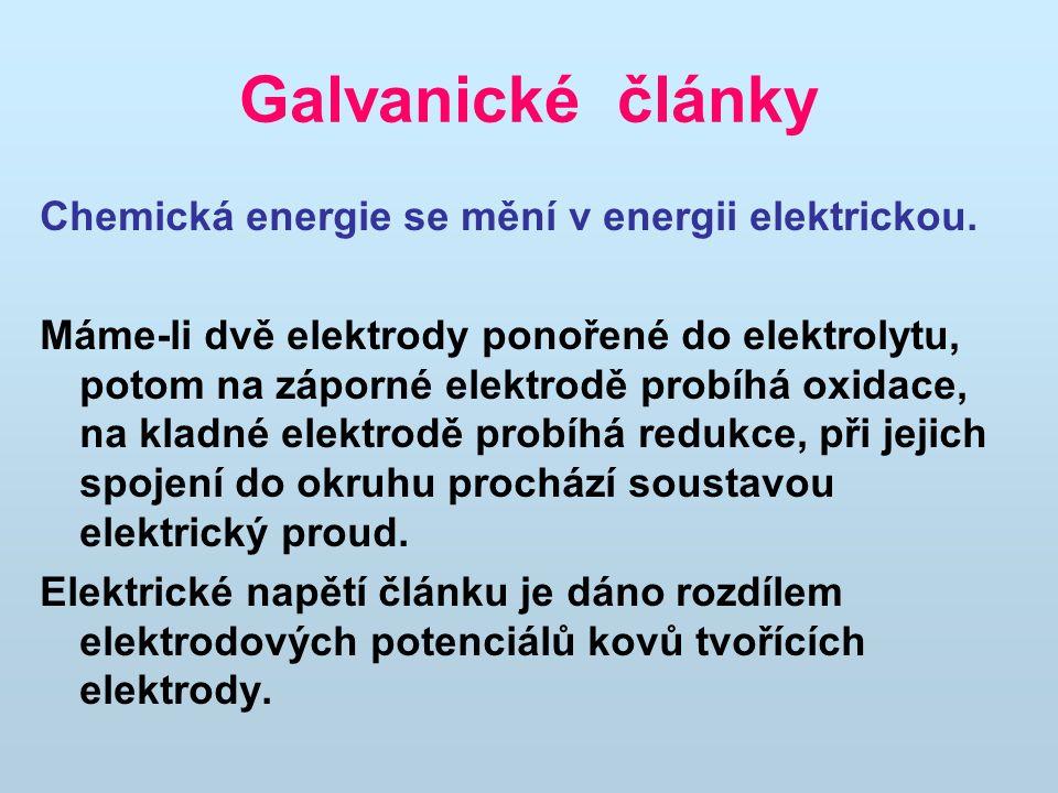Galvanické články Chemická energie se mění v energii elektrickou. Máme-li dvě elektrody ponořené do elektrolytu, potom na záporné elektrodě probíhá ox
