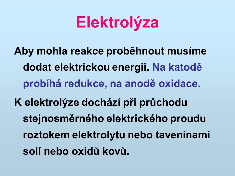 Elektrolýza Aby mohla reakce proběhnout musíme dodat elektrickou energii. Na katodě probíhá redukce, na anodě oxidace. K elektrolýze dochází při průch