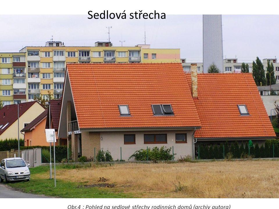 Sedlová střecha Obr.4 : Pohled na sedlové střechy rodinných domů (archiv autora)