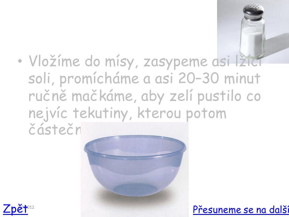 7.2.2012 Vložíme do mísy, zasypeme asi lžící soli, promícháme a asi 20–30 minut ručně mačkáme, aby zelí pustilo co nejvíc tekutiny, kterou potom částečně slijeme.