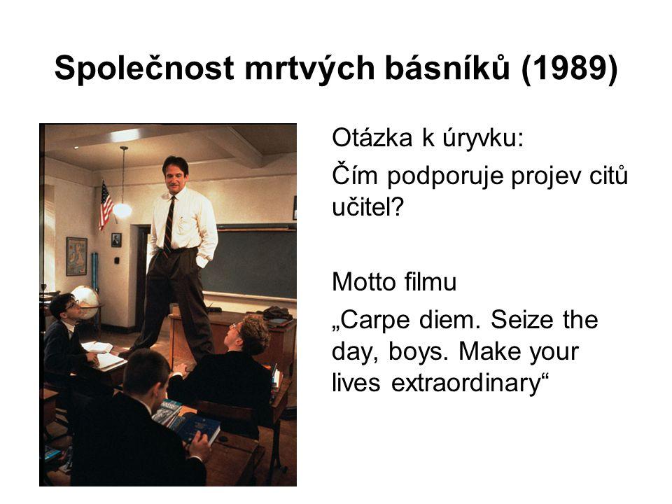 """Společnost mrtvých básníků (1989) Otázka k úryvku: Čím podporuje projev citů učitel? Motto filmu """"Carpe diem. Seize the day, boys. Make your lives ext"""