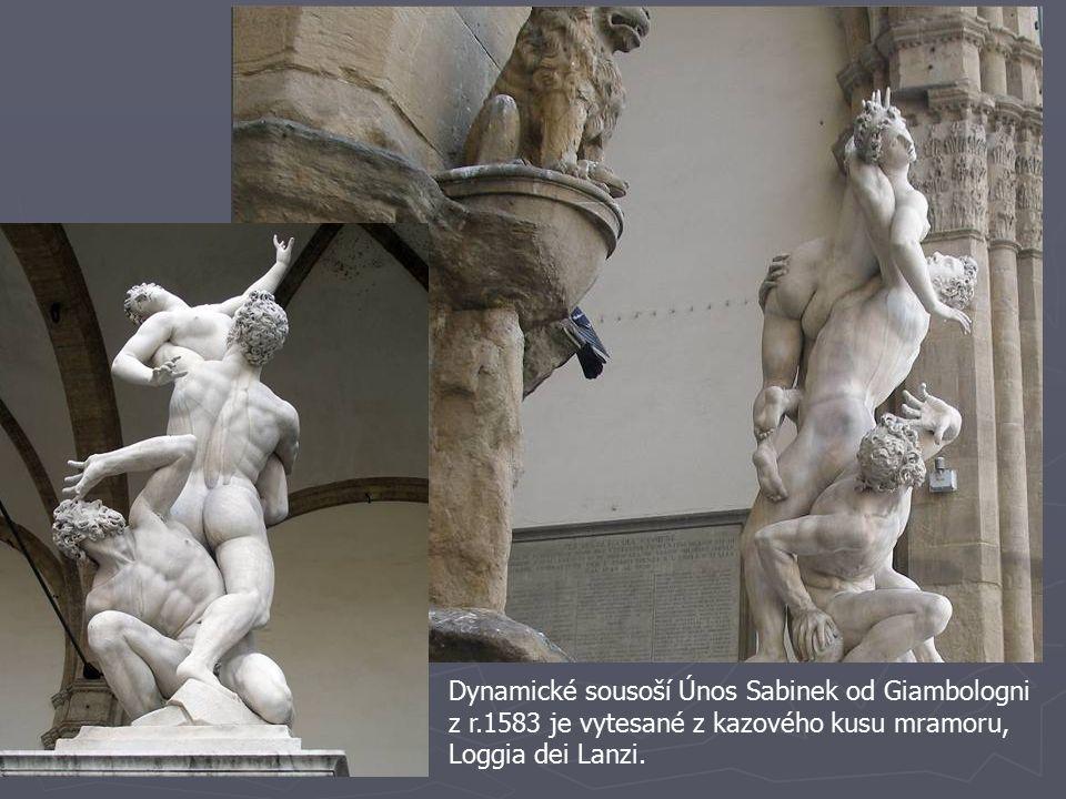 Dynamické sousoší Únos Sabinek od Giambologni z r.1583 je vytesané z kazového kusu mramoru, Loggia dei Lanzi.