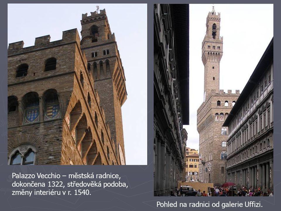 Palazzo Vecchio – městská radnice, dokončena 1322, středověká podoba, změny interiéru v r. 1540. Pohled na radnici od galerie Uffizi.