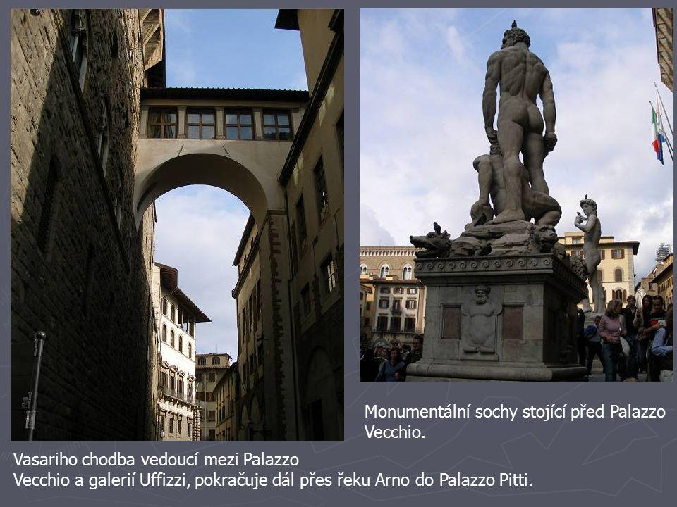 Vasariho chodba vedoucí mezi Palazzo Vecchio a galerií Uffizzi, pokračuje dál přes řeku Arno do Palazzo Pitti. Monumentální sochy stojící před Palazzo