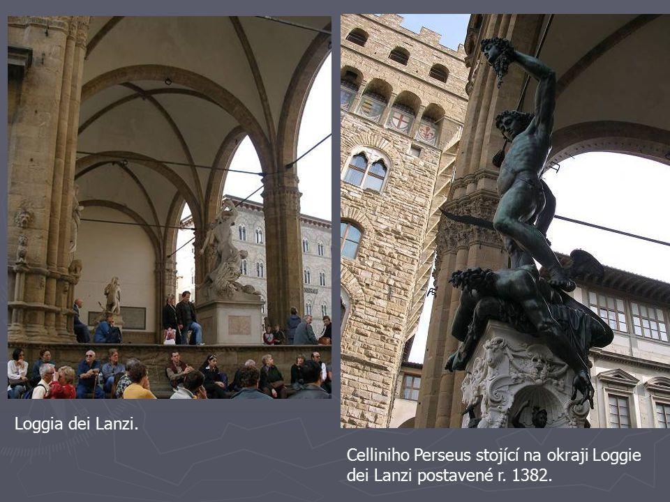 Celliniho Perseus stojící na okraji Loggie dei Lanzi postavené r. 1382. Loggia dei Lanzi.