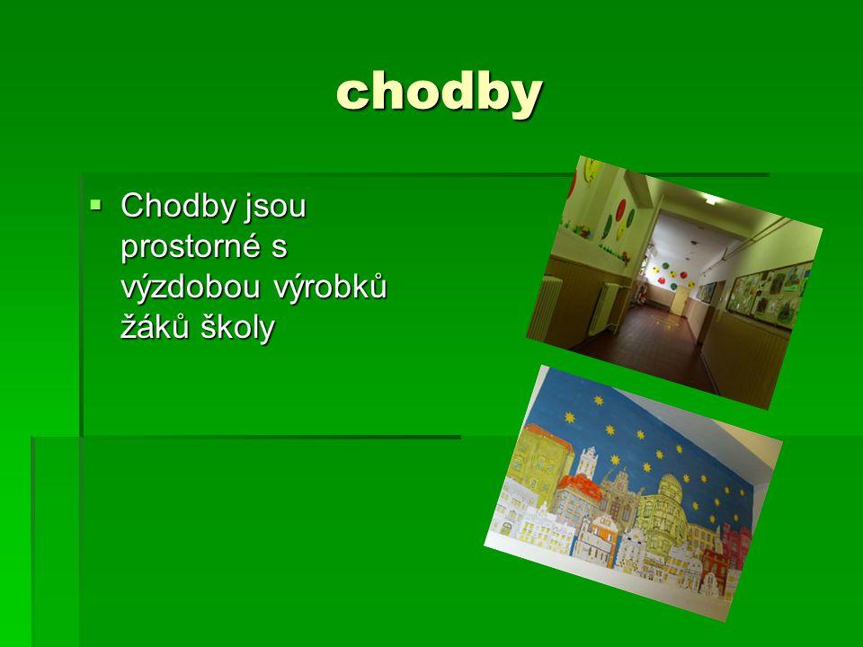 chodby  Chodby jsou prostorné s výzdobou výrobků žáků školy