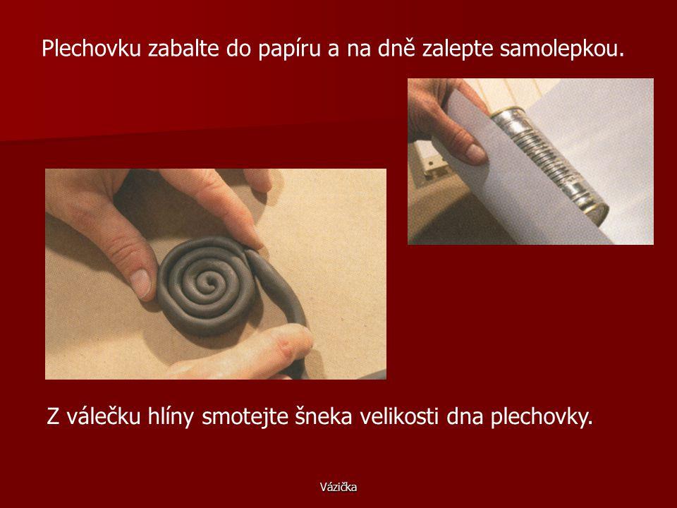 Vázička Potřeby: keramická hlína, glazura, plechovka, papír, samolepky, dřívko, houbička, štětec