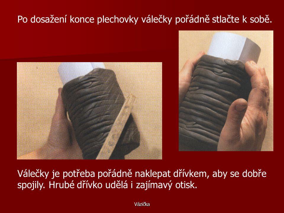 Vázička Šneka uhlaďte, aby se při sušení nerozestoupil. Na hliněné dno posaďte plechovku a omotávejte válečkem. Když váleček dojde, jednoduše ho nasta
