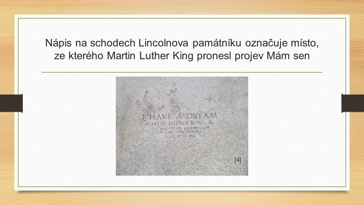 Nápis na schodech Lincolnova památníku označuje místo, ze kterého Martin Luther King pronesl projev Mám sen [4]