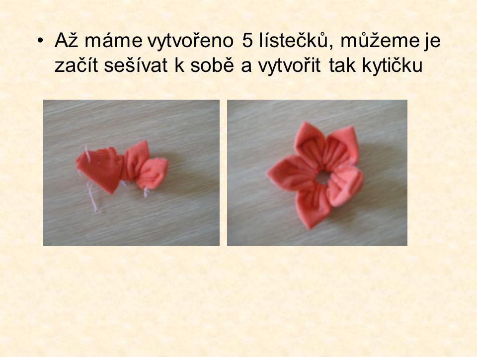 Až máme vytvořeno 5 lístečků, můžeme je začít sešívat k sobě a vytvořit tak kytičku