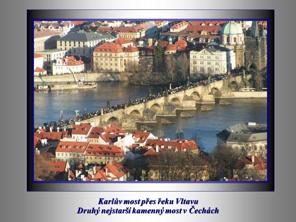 Pohled na Prahu s řekou Vltavou a Karlovým mostem.