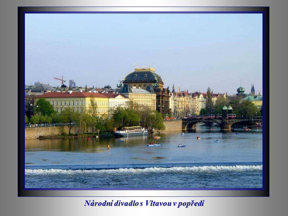 Noční pohled na Hradčany přes řeku Vltavu
