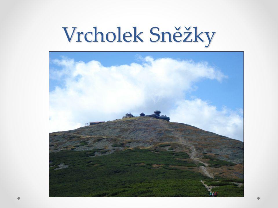 Jedna z cest na vrchol vede přes Soví sedlo kolem chaty Jelenky