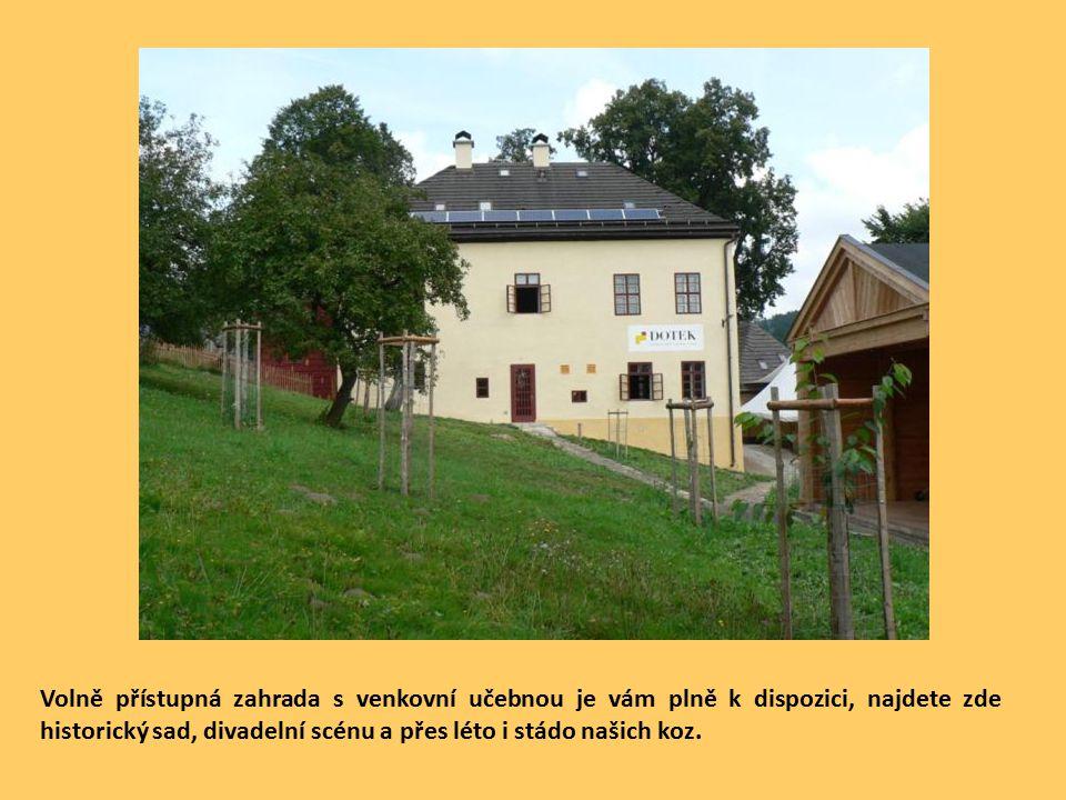 Volně přístupná zahrada s venkovní učebnou je vám plně k dispozici, najdete zde historický sad, divadelní scénu a přes léto i stádo našich koz.