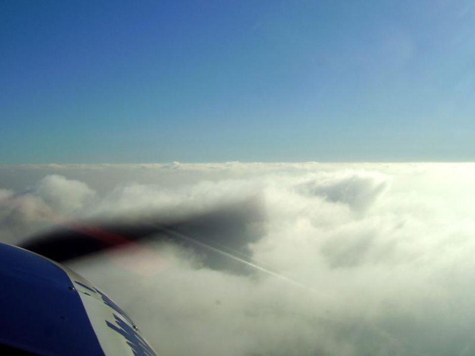 Prolétáme vrstvou mraků