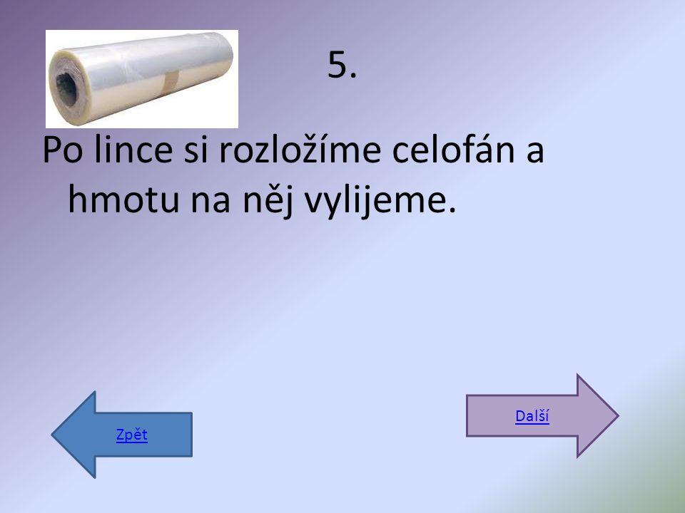 5. Po lince si rozložíme celofán a hmotu na něj vylijeme. Další Zpět