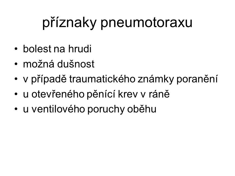 příznaky pneumotoraxu bolest na hrudi možná dušnost v případě traumatického známky poranění u otevřeného pěnící krev v ráně u ventilového poruchy oběh
