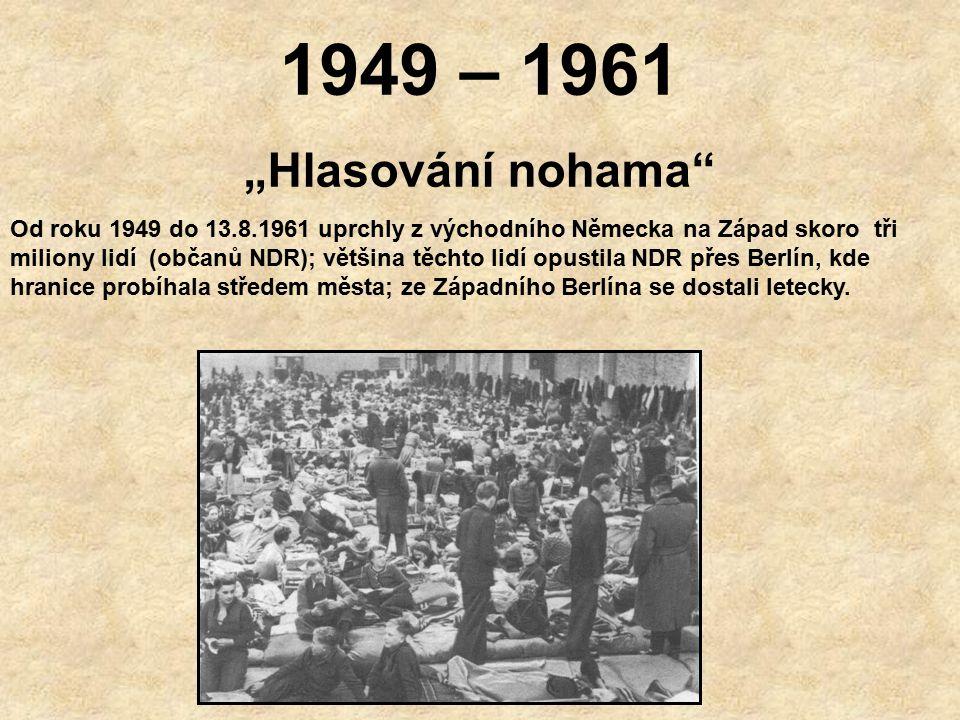 """1949 – 1961 """"Hlasování nohama Od roku 1949 do 13.8.1961 uprchly z východního Německa na Západ skoro tři miliony lidí (občanů NDR); většina těchto lidí opustila NDR přes Berlín, kde hranice probíhala středem města; ze Západního Berlína se dostali letecky."""