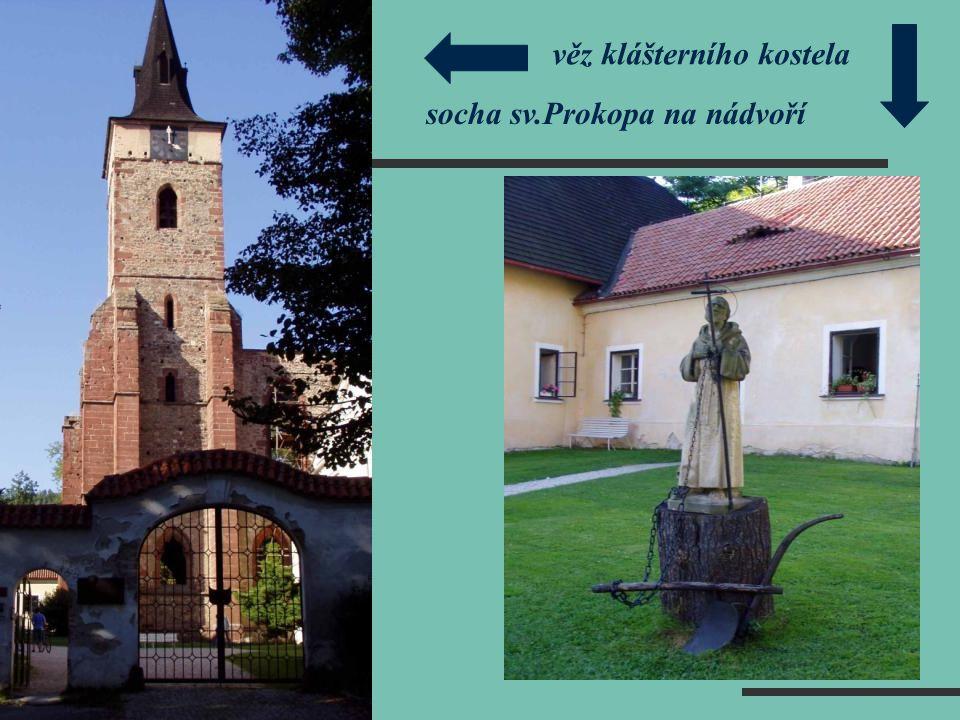 věz klášterního kostela socha sv.Prokopa na nádvoří